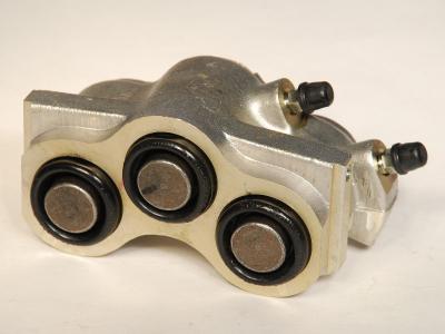 Блок цилиндров переднего тормоза Ваз 2121 (2 шланга)